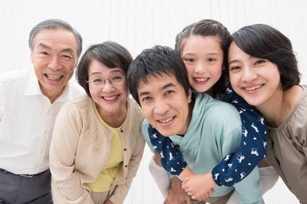 笑顔の2世帯家族