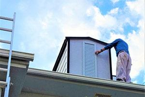 屋根の施工をする職人