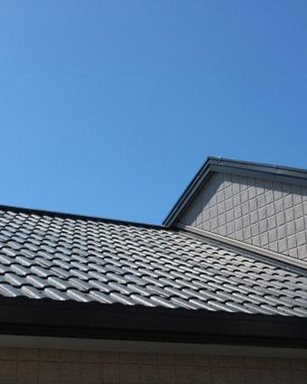 青空と瓦屋根