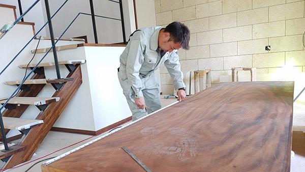 テーブルを制作する代表栗原
